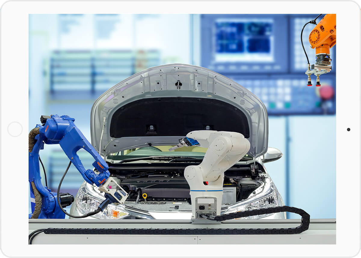 Roboterarme überprüfen automatisiert technische Fehler eines silbernen Autos